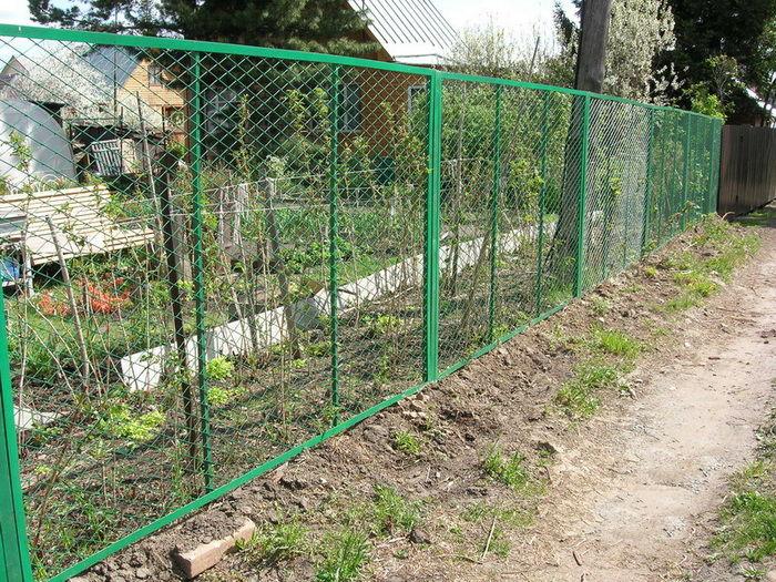 Partisi dan instalasi pilar penampang pagar, jaring tidak berbeda dari analogi yang lebih sederhana, tetapi dengan las bangkai harus berkeringat.