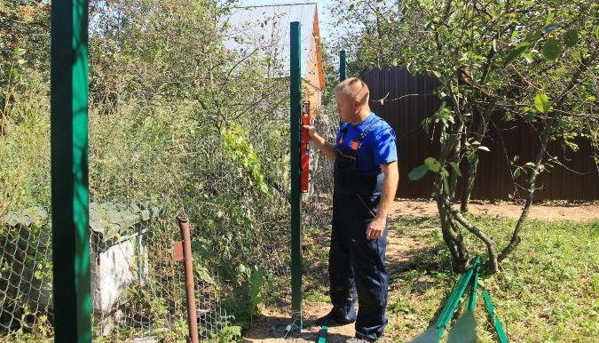 Jika Anda memutuskan untuk membangun pagar yang kokoh dan tahan lama - jagalah untuk membeli tiang-tiang logam. Pemasangan pendukung semacam itu membutuhkan ...